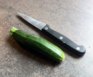 Zucchini und Messer